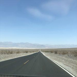 Lange rechte weg woestijn kleur